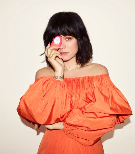 "Lily Allen se transforme en Mère Noël et offre 1.000 sextoys ""Womanizer Liberty by Lily"""