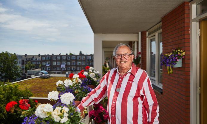 Cor Sluimer heeft sinds 1953 een seizoenkaart. Hij moest toen eerst langs een ballotagecommissie om er eentje te krijgen.