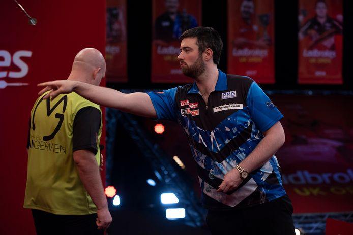 Luke Humphries zet Michael van Gerwen in de halve finales van de UK Open de voet dwars.
