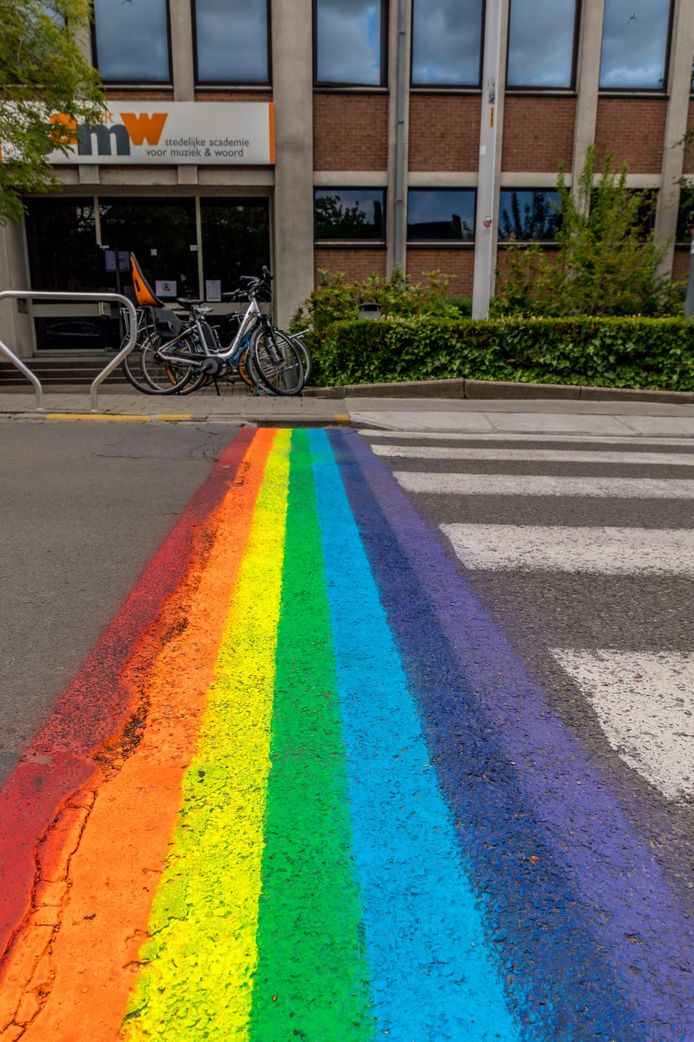 De regenboogkleuren zijn een symbool van steun voor de holebigemeenschap. Met het regenboogzebrapad en met de vlag die vandaag wappert aan het Tieltse stadhuis, wordt opgeroepen tot verdraagzaamheid en aanvaarding, ongeacht geaardheid.