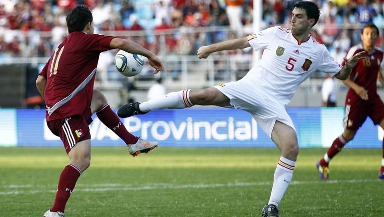 De Spaanse verdediger Iraola (rechts) duelleert om de bal met Cesar Gonzalez. Beeld reuters