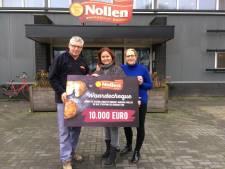 Oliebollen uit Hengevelde leveren Nije Stichting in Hengelo tien mille op