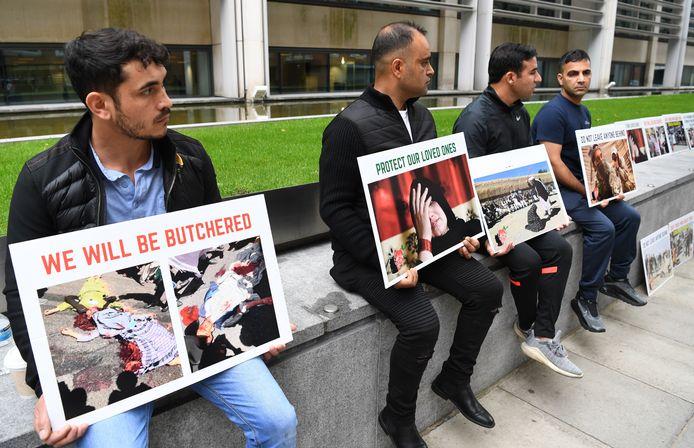 Voormalige Afghaanse tolken van het Britse leger demonstreerden op 23 augustus voor het Britse ministerie van Buitenlandse Zaken in Londen. De oud-tolken vragen om achtergebleven familieleden sneller naar het Verenigd Koninkrijk over te brengen.