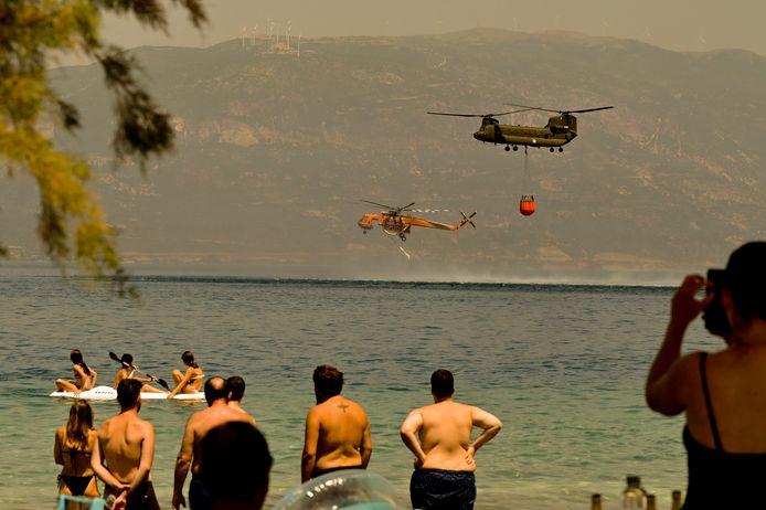 Helikopters verzamelen water om een bosbrand te blussen in Lambiri.