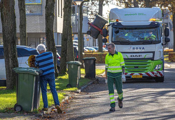 Medewerkers van Rova halen afval op. De containers zaten vorig jaar voller dan normaal.