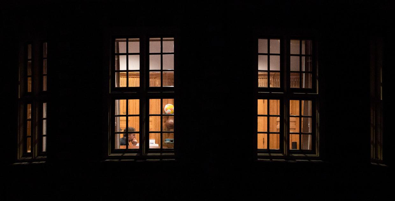 Premier Mark Rutte donderdag aan het videobellen in het Torentje. Beeld Freek van den Bergh / de Volkskrant