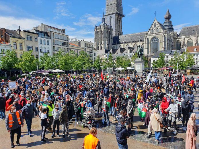 De groep protestanten op de Groenplaats.