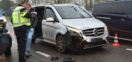 Twee auto's botsen op N283 bij Wijk en Aalburg, een gewonde