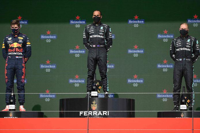 Max Verstappen met Lewis Hamilton en Valtteri Bottas op het podium.