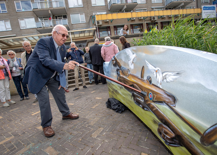 Mede-initiatiefnemer Gerrit Vos vorig jaar bij de onthulling van de gedenkbank bij de Herenhof.