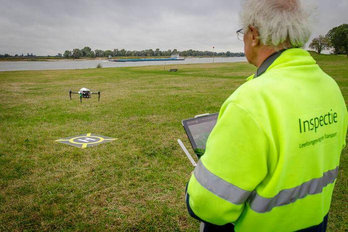 De Inspectie Leefomgeving en Transport (ILT) controleert tankschepen met een drone om te kijken of ze varend ontgassen.