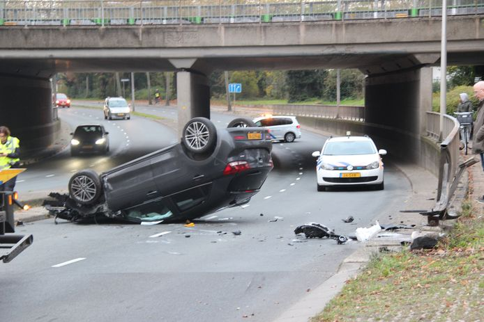 De auto belandde na de botsing op z'n kop.