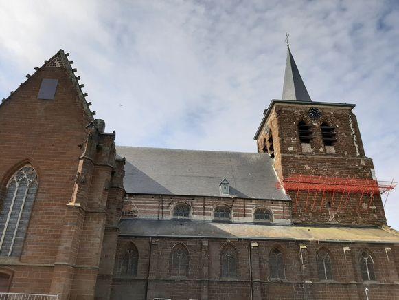 De kerk van Zichem met de opvangbakken.