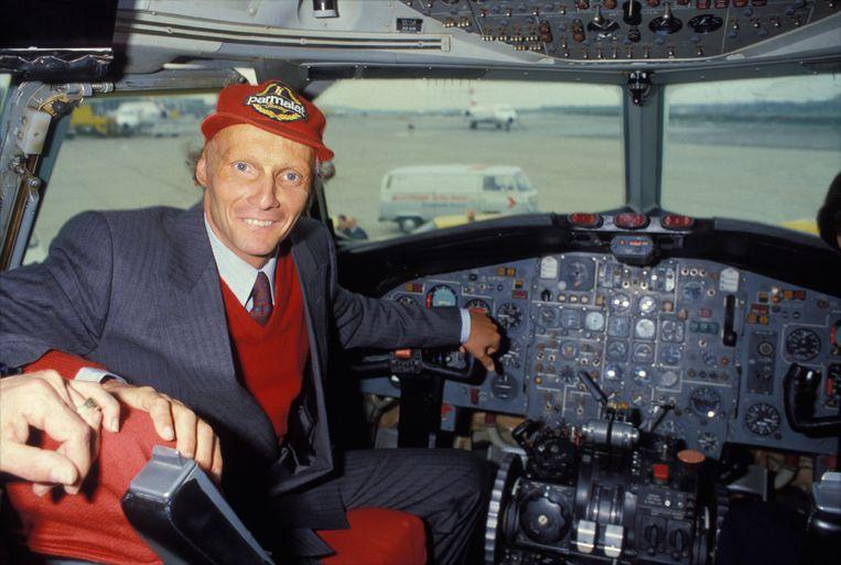 Niki Lauda aan boord van een Lauda Air vliegtuig in 1985.  Beeld Getty Images