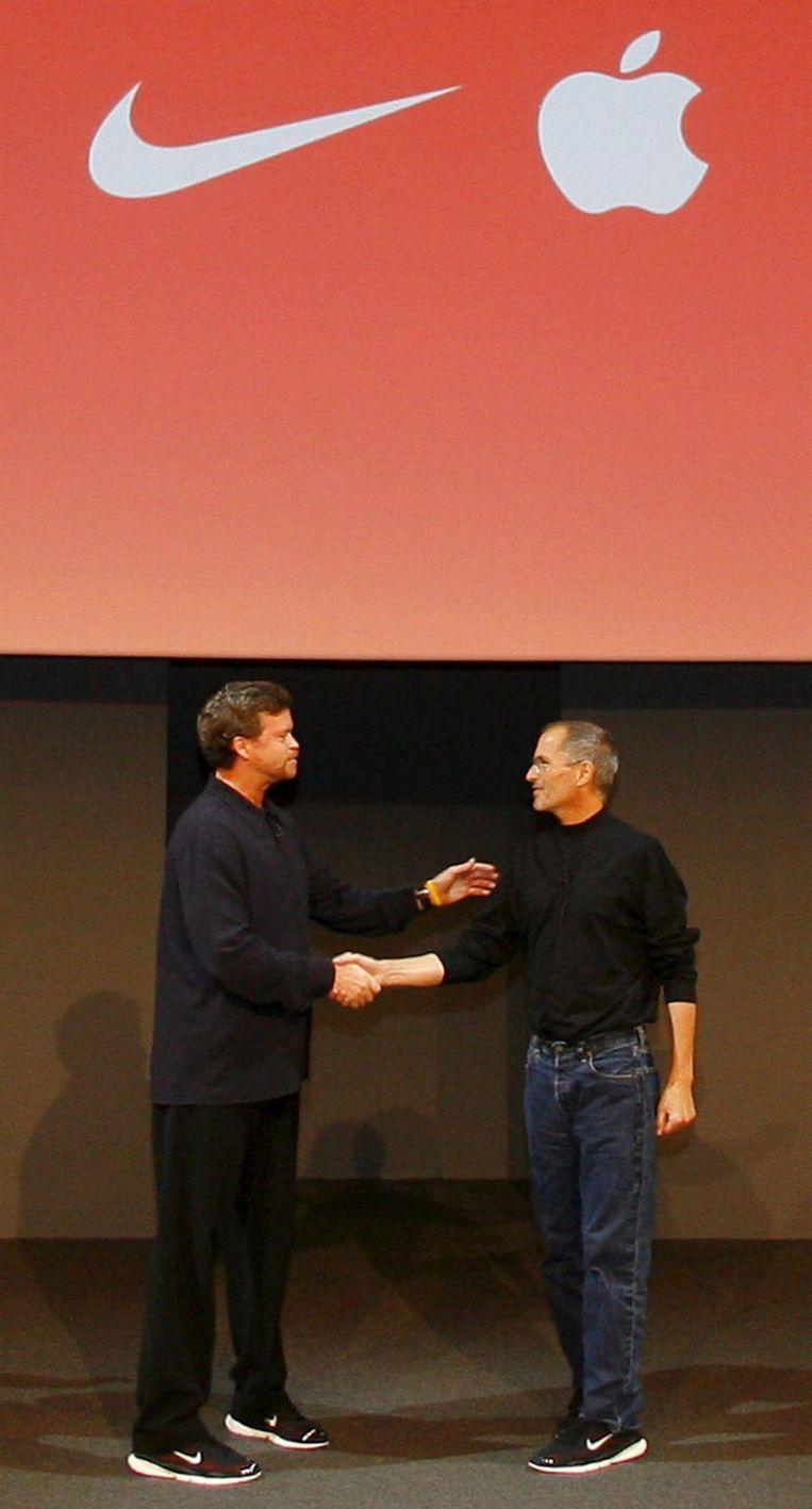 Nike CEO Mark Parker en voormalig Apple CEO Steve Jobs, beiden op Nike schoenen. Beeld anp