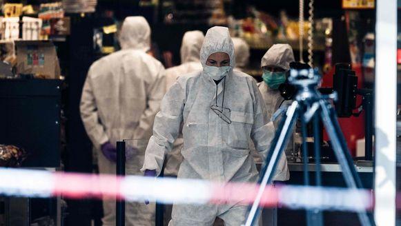 De plaats van de mesaanval wordt grondig onderzocht door Duitse labomedewerkers.