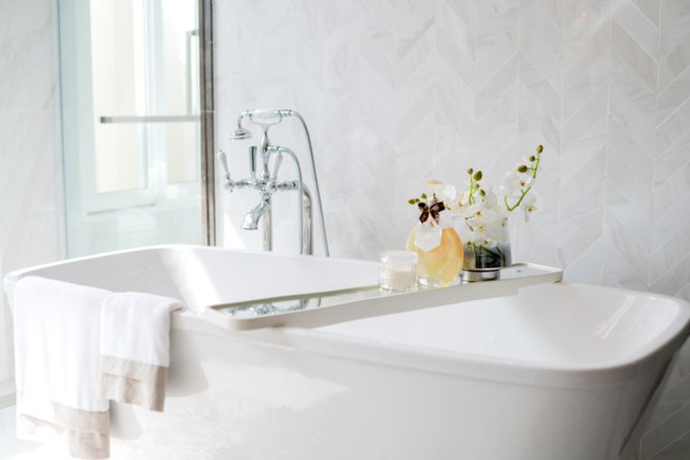 close up chrome faucet shower bath tub room  interior design Beeld Getty Images/iStockphoto