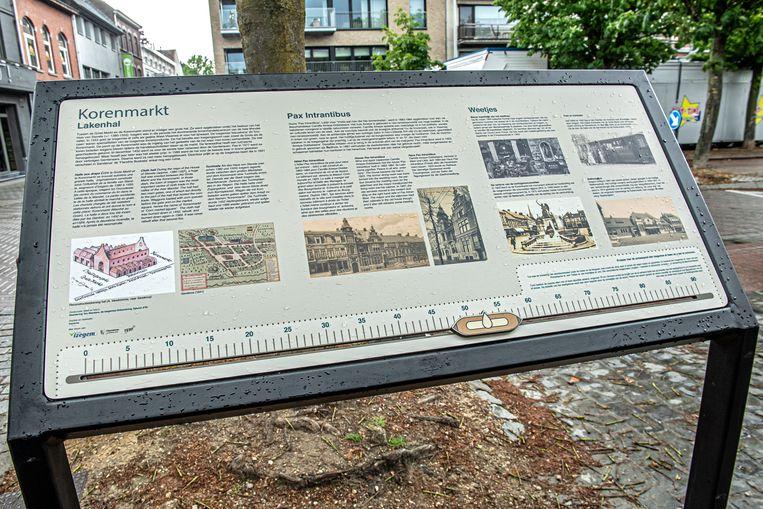 Het nieuwe toeristische-historische infobord op de Korenmarkt.