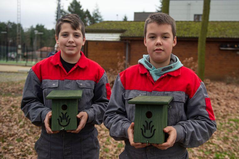 Dempsey en Yorben van het VTI Zandhoven maakten maakten nestkastjes voor mezen.