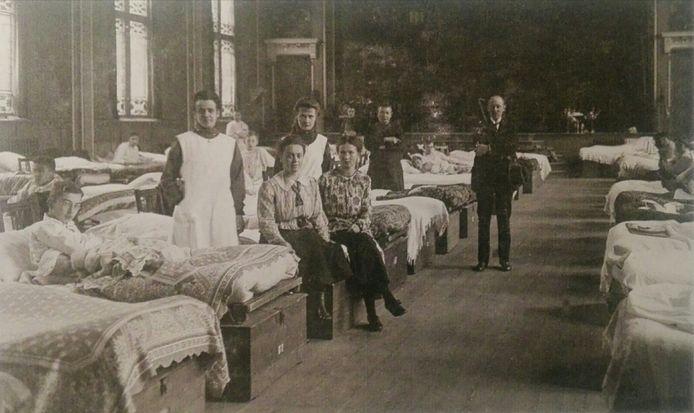 Ziekenhuisbedden in tijden van de Spaanse Griep. Dankzij deze verschrikkelijke pandemie in 1919 was een groep in 1957 en 1968 nog (deels) immuun.