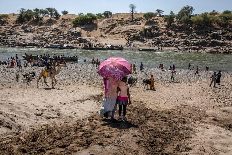 Ethiopische vluchtelingen aan de oever van de Tekezerivier in Sudan, waar de lichamen gevonden werden. Beeld AP