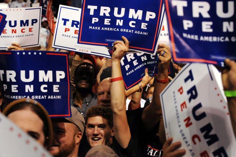 Trump-aanhangers tijdens een campagnebijeenkomst in Wilkes-Barre. Beeld Photo News