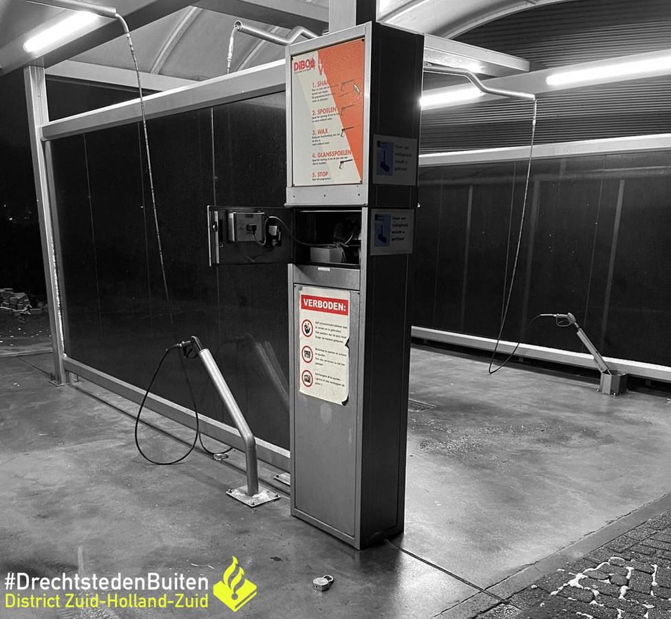 Een inbreker (31) van autowasboxen in Zwijndrecht is op heterdaad betrapt.