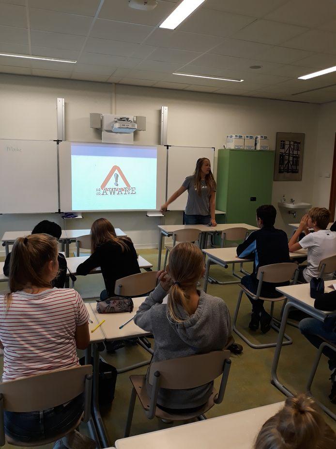 Stichting Be Aware geeft voorlichting op middelbare scholen.