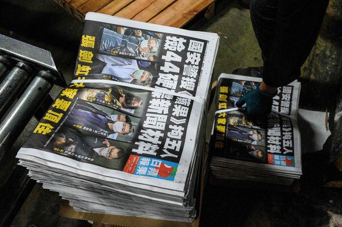 Op de voorpagina van de prodemocratische krant Apple Daily staan vandaag de foto's van de vijf medewerkers die gisteren werden gearresteerd. De uitgever en hoofdredacteur van de krant zijn intussen aangeklaagd op verdenking van samenspannend met buitenlandse mogendheden.