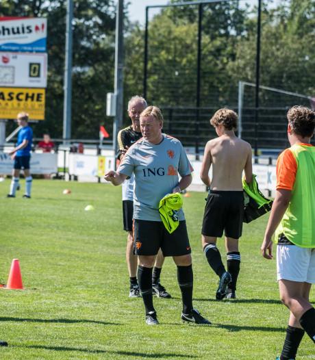 Bondscoach Ronald Koeman laat voetballers van Fleringen zweten