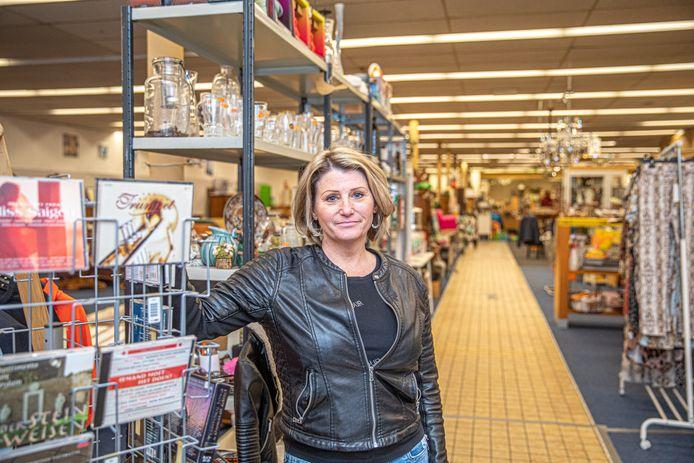 Petra Wolters van de kringloopwinkel 'Nieuw Geluk' aan de Vechtstraat in Zwolle deed een heel vreemde vondst dinsdagochtend. En dus kwam de politie erbij.