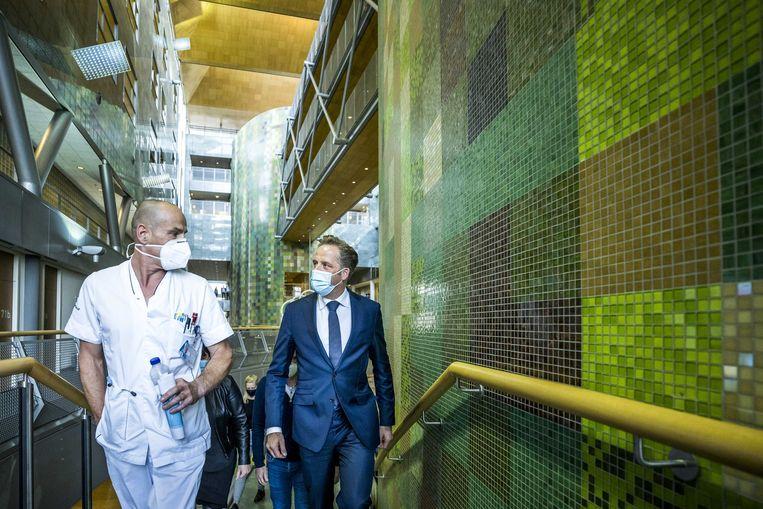 Demissionair minister Hugo de Jonge tijdens een werkbezoek aan het Zuyderland Medisch Centrum in Geleen. Beeld ANP