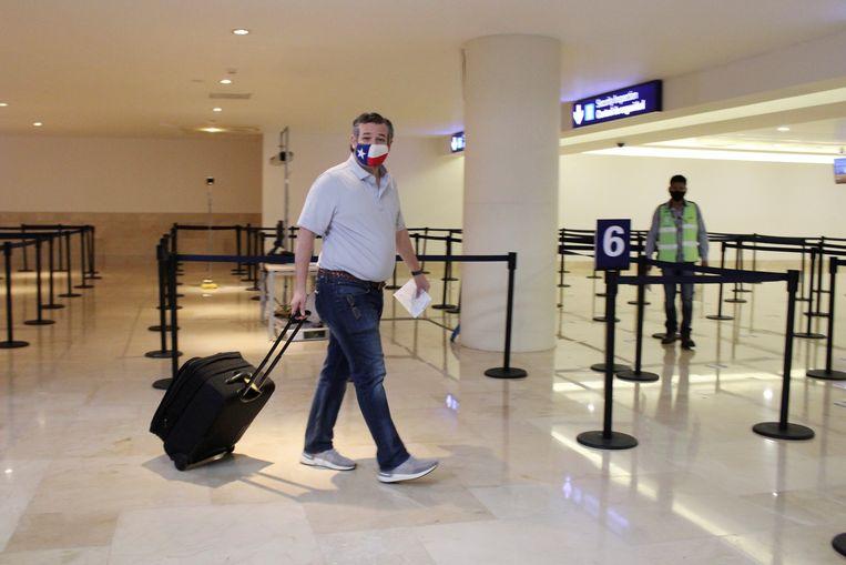 Senator Ted Cruz op het vliegveld van Cancun voor zijn terugreis naar de VS.  Beeld REUTERS