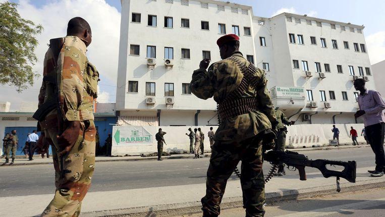 Somalische soldaten houden de wacht voor het hotel in de stad Mogadishu. Beeld reuters