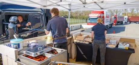 Truckers smullen van gratis vette hap in Rogat
