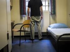 Man (28) stak uit het niets een andere arbeidsmigrant in zijn nek, omdat hij 'een weekje vrij wilde': OM eist dwangverpleging