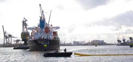 Schip in Waalhaven verliest duizenden liters stookolie na lek, opruimactie duurt nog dagen