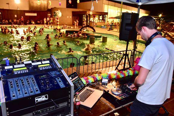 Een DJ zorgt voor sfeer, telkens er nachtzwemmen is in het openluchtbad van Wielsbeke.