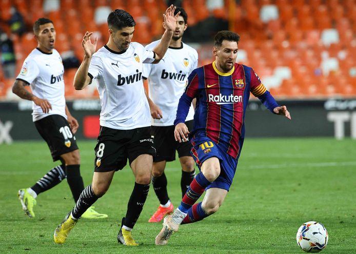 Messi was weer geregeld alleen foutief af te stoppen na rust, zoals hier door Carlos Soler.