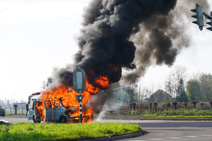 Bij aankomst van de brandweer sloegen de vlammen uit het busje.