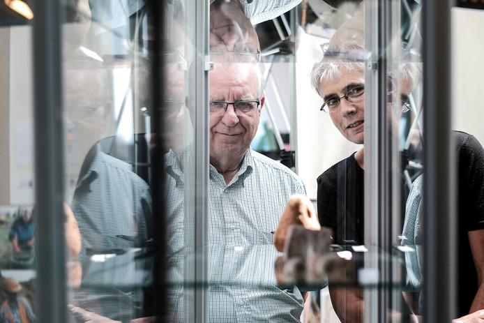 Amateurarcheoloog Henk Tomas (links)