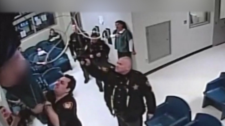 Gevangene probeert te ontsnappen via plafond, maar dat mislukt pijnlijk