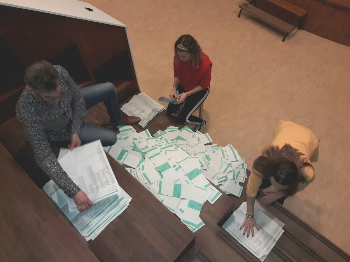 Stemmen tellen op basisschool Starrebos in Hilvarenbeek