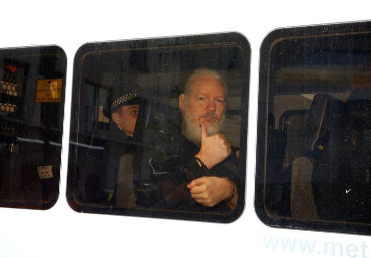 Julian Assange werd na zijn arrestatie in de Ecuadoriaanse ambassade in Londen weggevoerd.  Beeld REUTERS