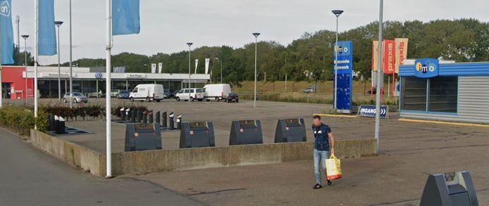 Het afvalparkje op het parkeerterrein bij AHXL aan de Gildeweg in Vlissingen krijgt grotere containers.