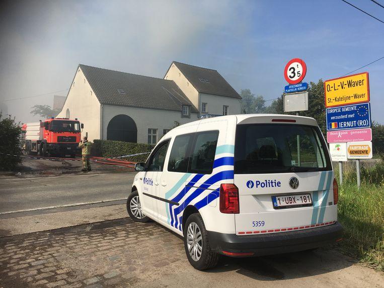 De brandweer kreeg de brand snel onder controle maar is nog steeds ter plaatse om na te blussen.