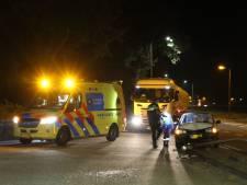 Auto knalt tegen lantaarnpaal langs N348 bij Raalte, bestuurster naar het ziekenhuis