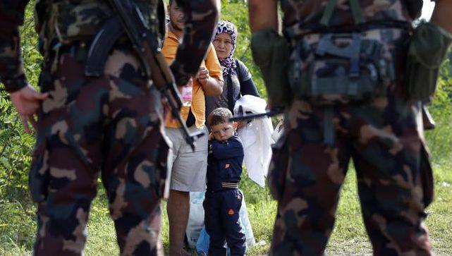 Hongaarse soldaten houden een vluchtelingenfamilie tegen aan de grens tussen Servië en Hongarije in Asotthalom.