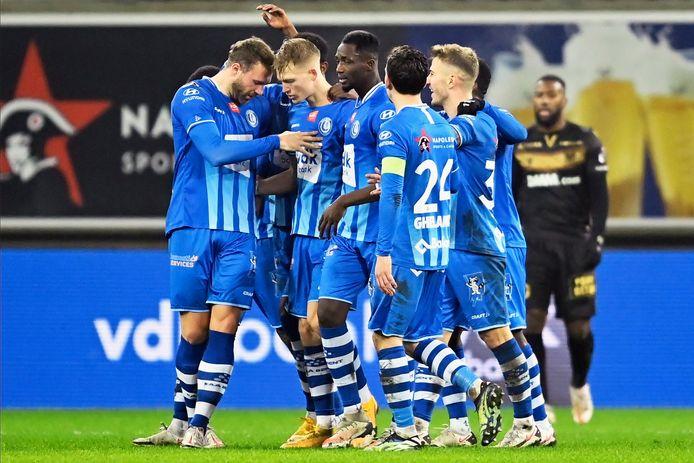 De spelers van AA Gent vieren een goal.