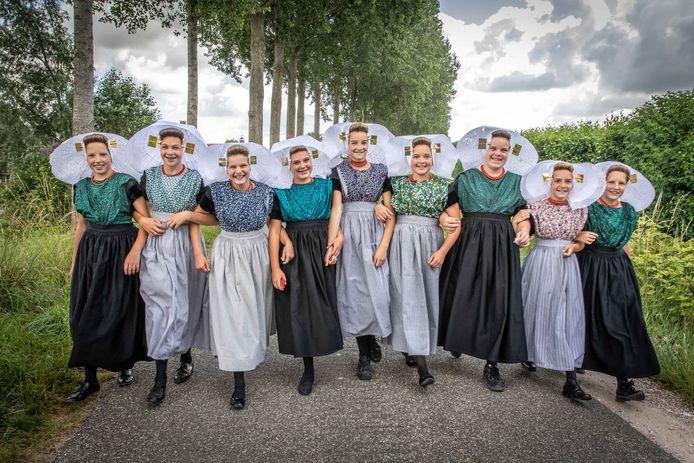 Groep acht van de koningin Julianaschool uit 's-Gravenpolder nam vorig jaar afscheid in klederdracht.